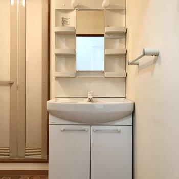 続いて脱衣所。まずは正面に大きな洗面台◯