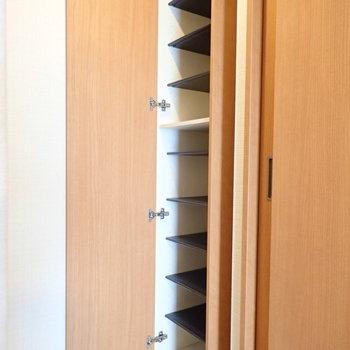 シューズボックスは1段に1足ずつですね。※写真は9階別部屋同間取りのものです