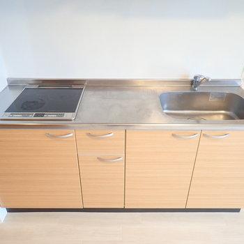 キッチンIH2口コンロ!調理スペースも広いですし、シンクも十分な大きさ。