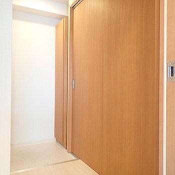 さて玄関前には扉がどーんとあります。※写真は9階別部屋同間取りのものです