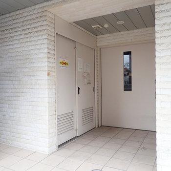 【共用部】ゴミ置き場もあります。奥の扉を開けると、