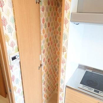 キッチン横にもちょこっと収納が。中もかわいいですよね。なんだか毎日開けたくなります。