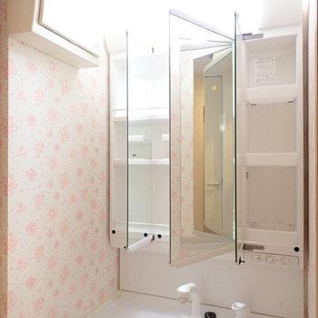 鏡の裏は収納。クロスはなんともかわいらしい花柄に。※写真は9階別部屋同間取りのものです