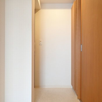 玄関は脱ぎ履きに十分なスペース。白い壁に写真とか絵を飾っちゃっても◎※写真は9階別部屋同間取りのものです