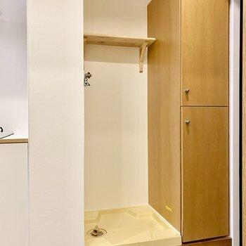 玄関側には洗濯機置き場。上の棚が嬉しいですね。