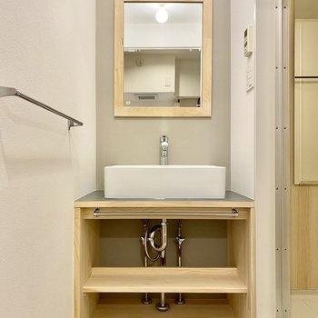 サニタリールームには木のぬくもりを感じる独立洗面台。