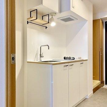 キッチンは白が基調で上下に収納付き。