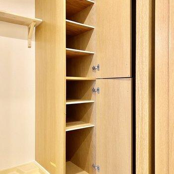 シューズボックスは上下に分かれ、使い分けも可能。