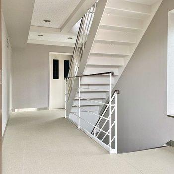階段は屋内にあります。