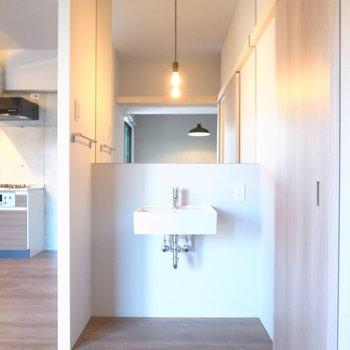 洗面台は脱衣所の外側です。ふたりが並べる広さ!