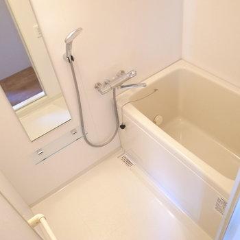 お風呂はコンパクトサイズ。浴室乾燥機・高温差し湯機能付き。