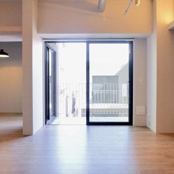 【LDK】キッチン側から。ふわっとかがやく窓です。ブラックカラーの枠がスパイス。