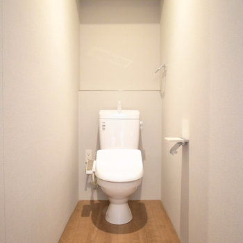 トイレは玄関のそばにあります。床がグッド!