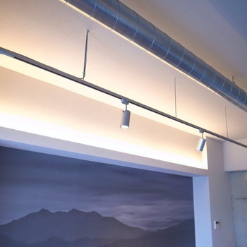 【LDK】間接照明とスポットライト。ゆっくりしたい夜は、このほのかさがいい具合に。