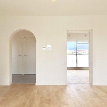 リビングの扉は玄関と寝室に続いています。(※写真は前回工事したお部屋のものです)