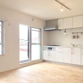 白くて大きいキッチンは、リビングの主役!(※写真は前回工事したお部屋のものです)