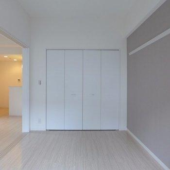 扉も白で清潔感◎(※写真は1階の同間取り別部屋のものです)