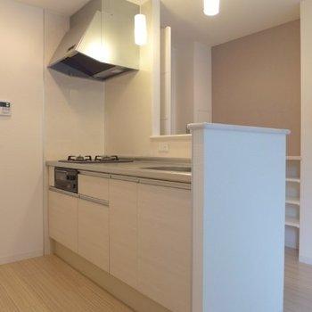 キッチンは2口コンロにグリル付き(※写真は1階の同間取り別部屋のものです)