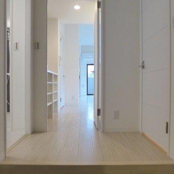 玄関もすっきりシンプルです(※写真は1階の同間取り別部屋のものです)