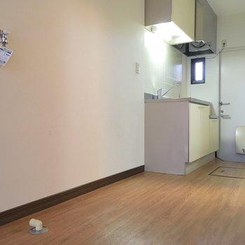 キッチンスペース。手前から洗濯機→冷蔵庫→キッチンの順。※写真は前回募集時のものです