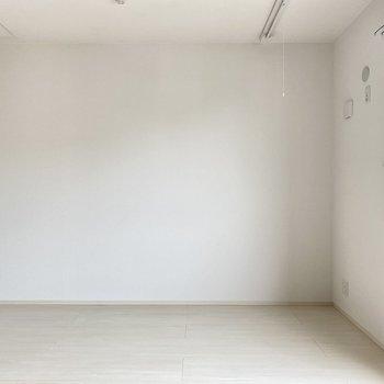 4帖の洋室はまっしろ空間。寝室にぴったり。