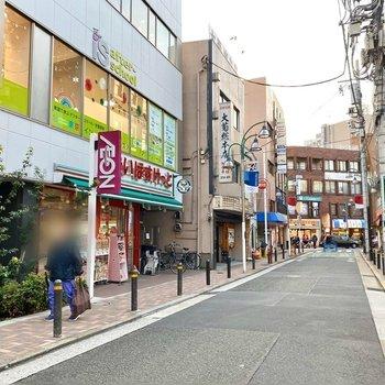 駅前にはスーパーなど色んなお店が並んでいました。