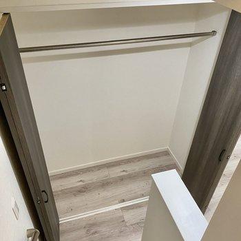 【居室】そうそう、階段前にクローゼットがありました。※写真は同間取り角部屋のものです
