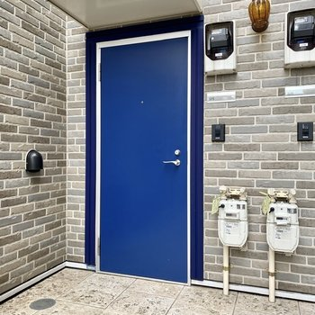 玄関前。ブルーの扉が特徴的ですね。