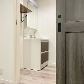 【DK】脱衣所には木目調スタイリッシュなの洗面台が。※写真は同間取り角部屋のものです