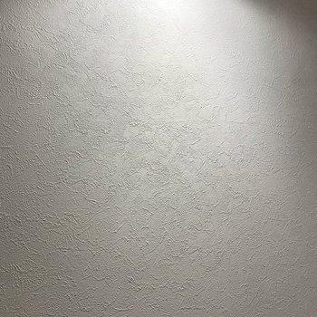 【居室】ホワイトのクロスは少しザラザラとした本格的な質感。※写真は同間取り角部屋のものです