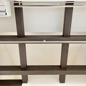 【居室】天井を見上げれば、「井」の時を描く表し梁が。※写真は同間取り角部屋のものです