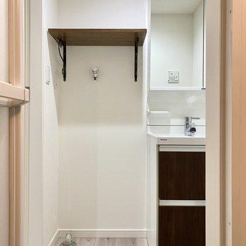 サイドには洗濯機置き場がありました。※写真は同間取り角部屋のものです