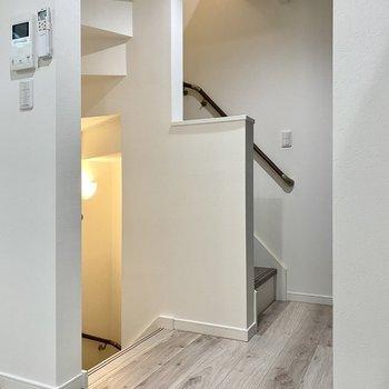 【居室】階段を登ってロフトへ。※写真は同間取り角部屋のものです