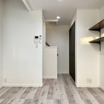 【居室】ベッドを置くなら左の壁際でしょうか。※写真は同間取り角部屋のものです