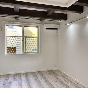 【居室】2階に位置した空間。両サイドのライティングレールがオシャレ!※写真は同間取り角部屋のものです
