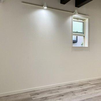 【居室】プチ2面採光で風通し良く◎※写真は同間取り角部屋のものです