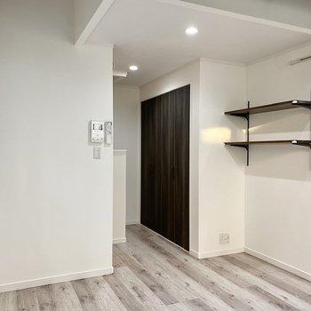 【居室】ヴィンテージな木製家具が似合いそうですね。※写真は同間取り角部屋のものです