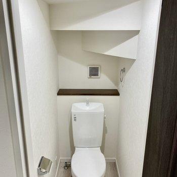 階段下にあるのがよく分かるお手洗い。※写真は同間取り角部屋のものです