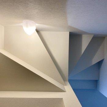 階段の形が直接天井に現れており、まるで絵画のよう。※写真は同間取り角部屋のものです
