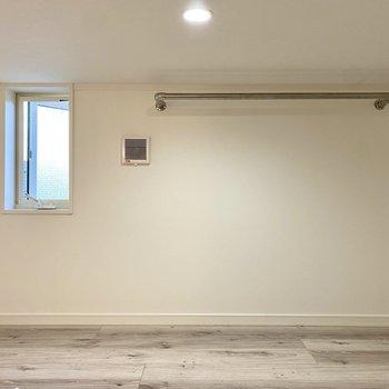 【ロフト】比較的ゆったりとしたスペース。※写真は同間取り角部屋のものです