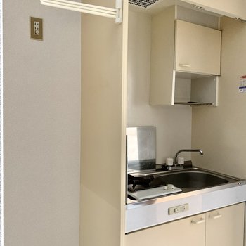 キッチン横に冷蔵庫置場が確保されています。