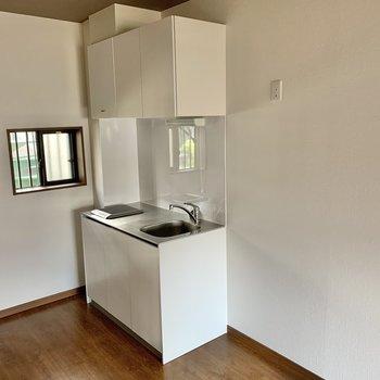 コンパクトなキッチン。冷蔵庫は右側へ。
