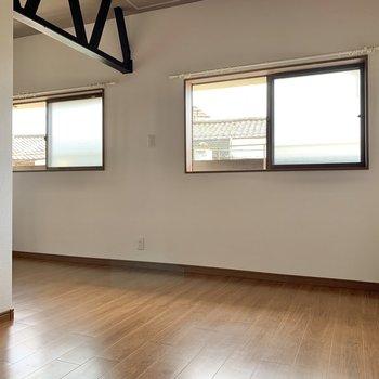 【洋室】木目の家具を置くと、お部屋映えしそう