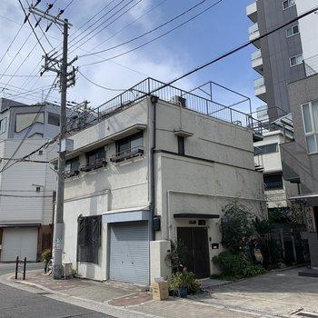 マンションの3階は屋上があり、洗濯物を干す設備と場所があるようです。