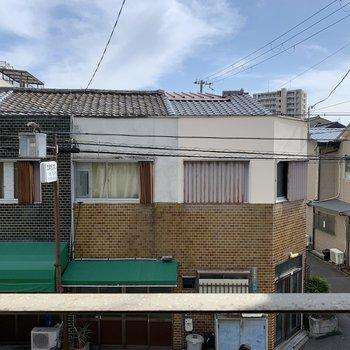【洋室】眺望は目の前の住宅街。人通りは多すぎず、少なすぎず。