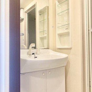 大きめ鏡が嬉しい、、!2人並んで歯磨き〜(※写真は8階の同間取り別部屋、清掃前のものです)