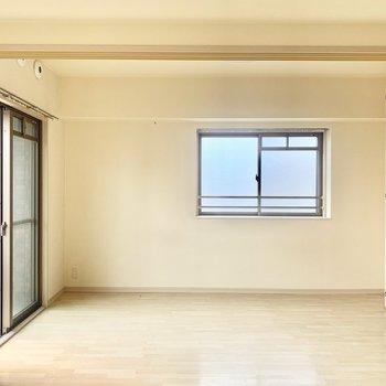 6帖の洋室はダブルベッドを置いて寝室に◎(※写真は8階の同間取り別部屋、清掃前のものです)