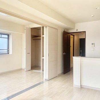 洋室は引き戸で仕切っても◎開けると開放感!(※写真は8階の同間取り別部屋、清掃前のものです)