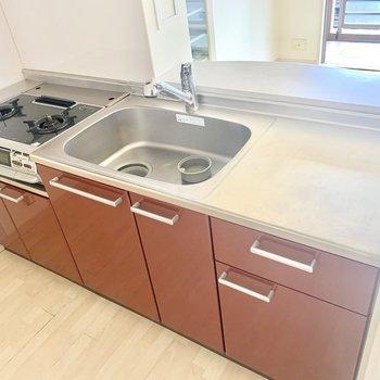 2口コンロ、調理スペースもゆったりでお料理も捗りそう。(※写真は8階の同間取り別部屋、清掃前のものです)