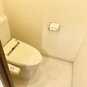 トイレはウォシュレット付き。(※写真は8階の同間取り別部屋、清掃前のものです)